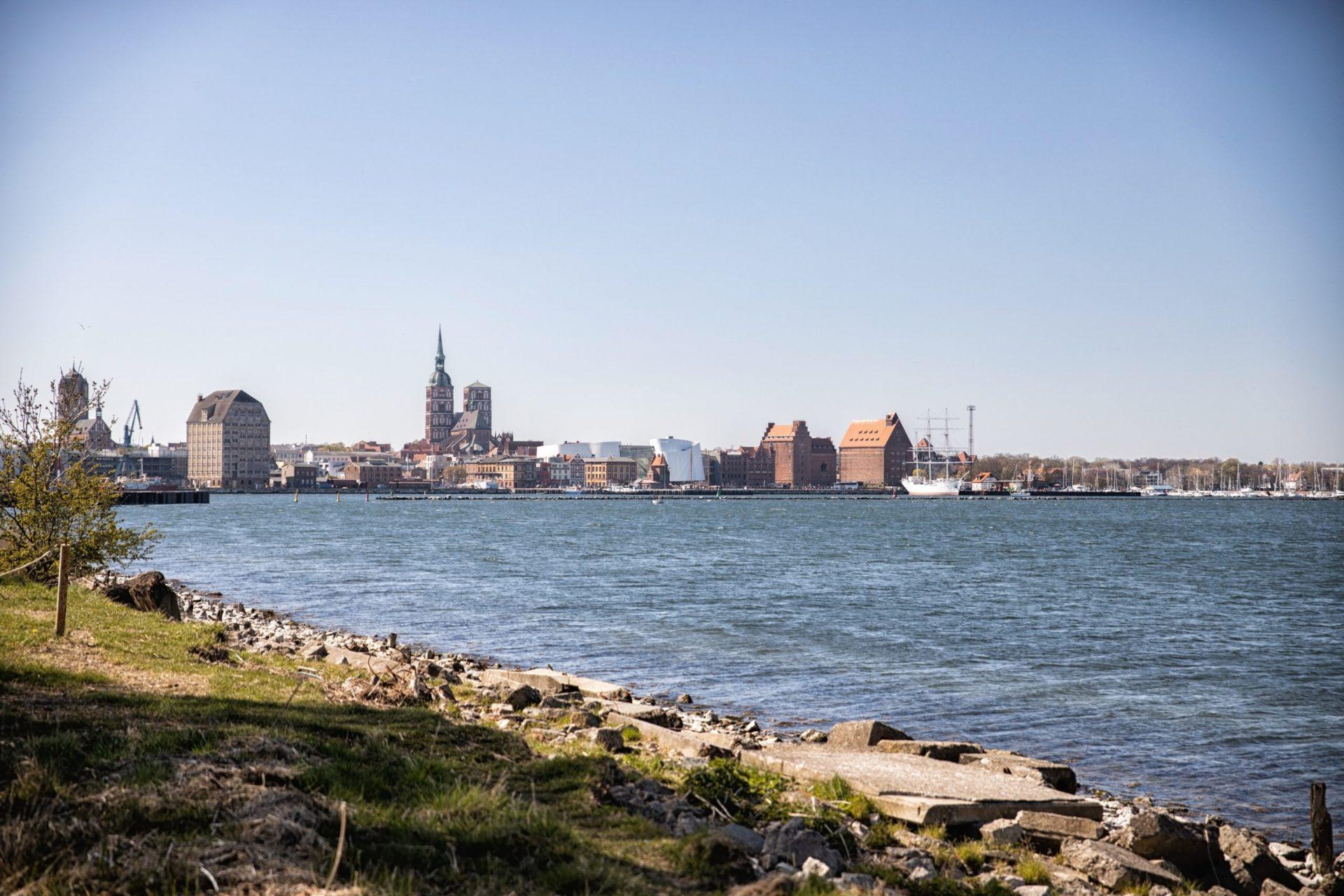 Wassertemperatur Stralsund: Blick über den Strelasund auf die Skyline von Stralsund mit Meeresmuseum Ozeaneum im Zentrum des Bildes